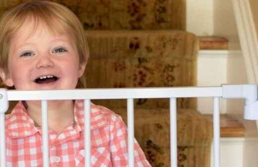 Tür- & Treppenschutzgitter für Babys montieren - Eingangstür