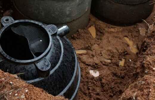 Abwasserrohre reparieren oder warten - Wandhalterung