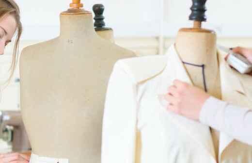 Kleidungsstück gestalten lassen - Schneiderin