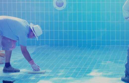 Swimmingpool reinigen oder warten - Überirdisch