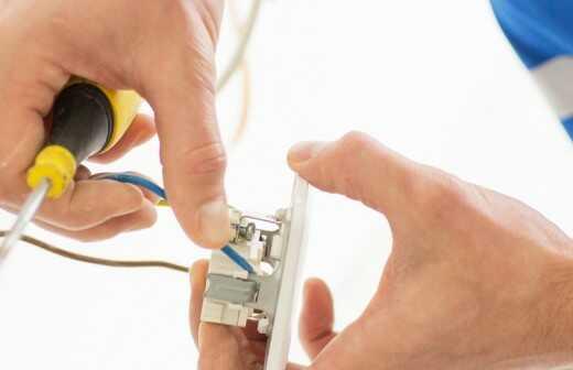 Reparatur von Lichtschaltern und Steckdosen - Stecker