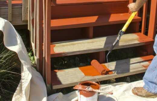 Malerarbeiten an der Terrasse oder Veranda