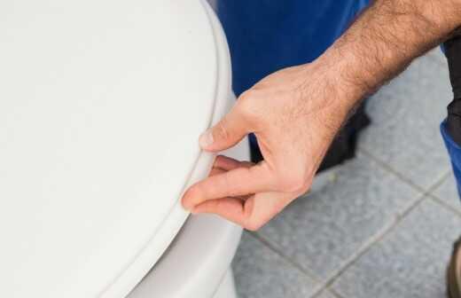 Toilette installieren - Befestigt