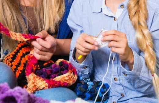 Qual é o preço de Aulas de Costura, Crochet e Tricô? Fixando